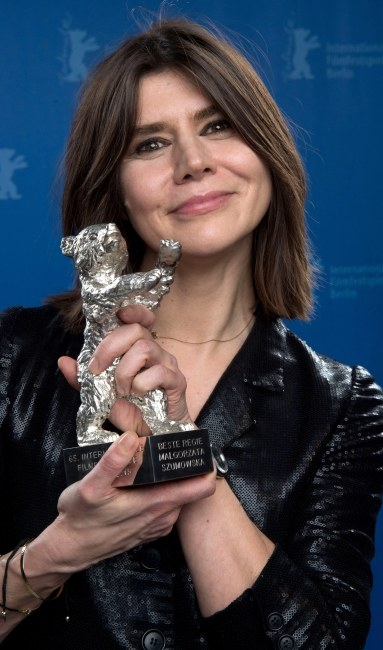 Małgorzata Szumowska ze statuetką /PAP/EPA/TIM BRAKEMEIER / POOL /PAP/EPA