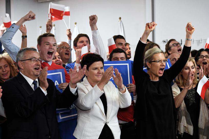 Małgorzata Wassermann, wicepremier Beata Szydło i minister infrastruktury Andrzej Adamczyk /Jacek Bednarczyk   /PAP