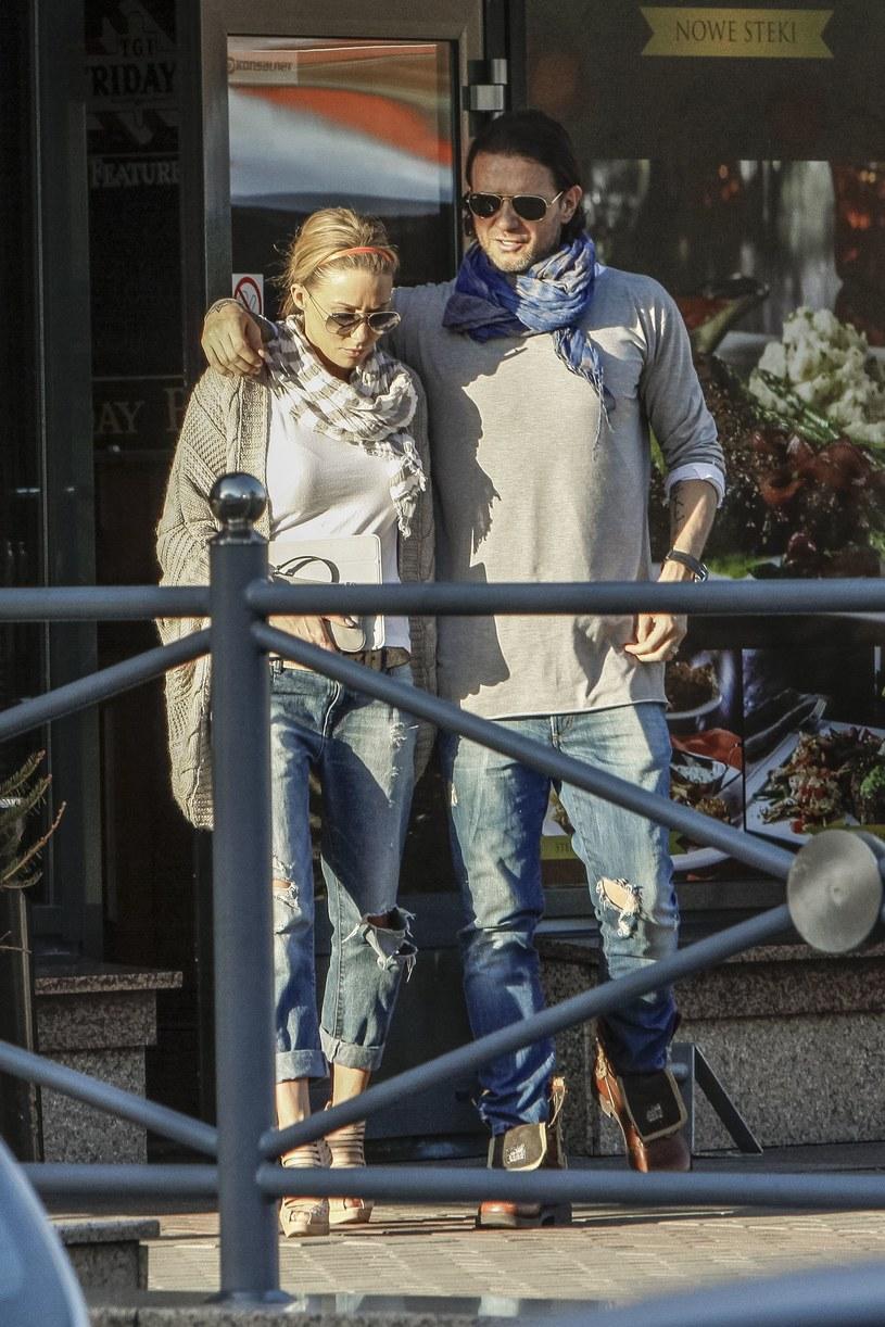 Małgorzatę Rozenek i Radosława Majdana często można ich spotkać na romantycznych spacerach czy w restauracjach. Na jeden z nich para ubrała się niemal identycznie – oboje mieli na sobie szare bluzki, apaszki i… podarte spodnie! /PZ /Foto IP