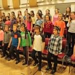 Mali chórzyści śpiewają The Strokes
