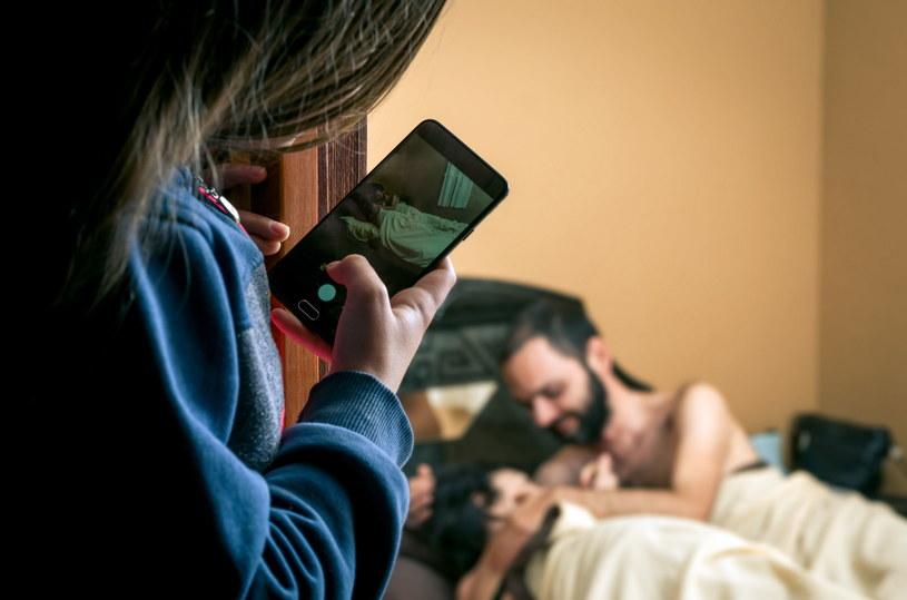 Mało kto jest w stanie na zimno dokumentować zdradę partnera /123RF/PICSEL