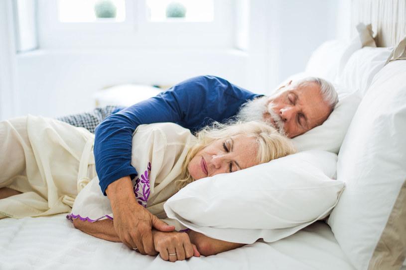Mało kto wie, że kiedy śpimy na lewym boku korzysta na tym układ oddechowy /123RF/PICSEL