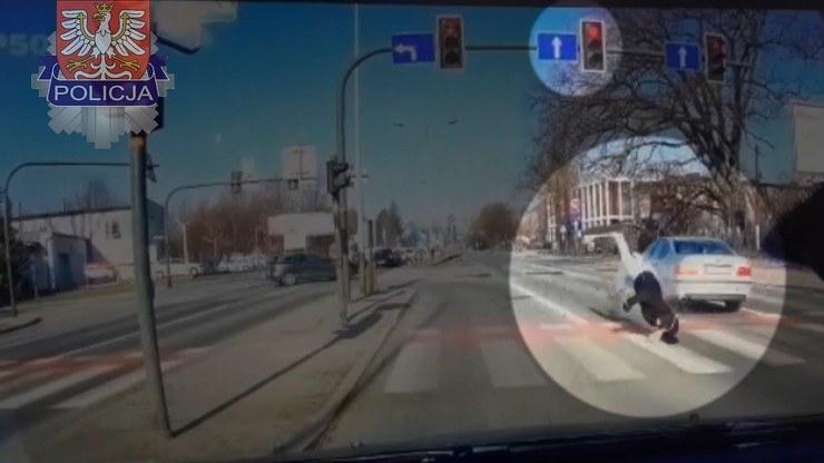 Małopolska policja opublikowała nagranie wypadku, w którym kierowca bmw przejeżdżający przez pasy na czerwonym świetle ze znaczną prędkością, potrącił 29-latkę na hulajnodze /policja.gov.pl /