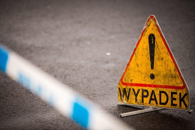 Małopolska: Wypadek autokaru z dziećmi w Siedliskach. Pojazd wpadł do rowu