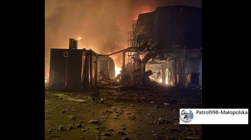 Małopolskie Drogi poinformowały na Facebooku, że ze wstępnych informacji wynika, iż pożar spowodowany jest wybuchem pieca /facebook.com