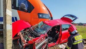 Małopolskie: Pociąg wjechał w samochód podczas egzaminu na prawo jazdy