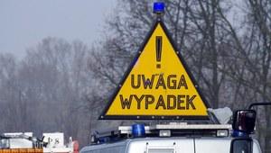 Małopolskie: Zderzenie dwóch samochodów i busa
