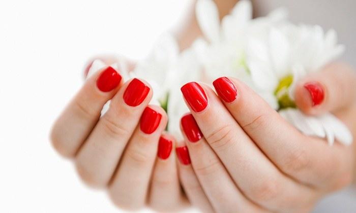 malowanie paznokci lakierem /© Photogenica