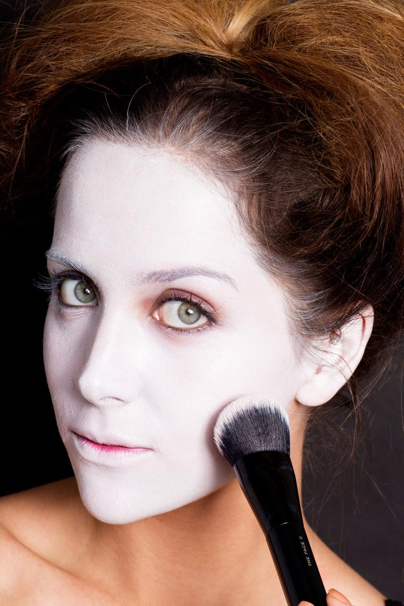 malowanie twarzy na biało /© Photogenica