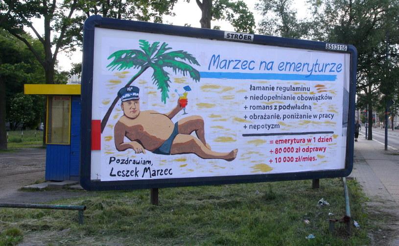 Malowany ręcznie billboard w centrum Opola, przedstawiający byłego komendanta wojewódzkiego Leszka Marca /Krzysztof Świderski /PAP