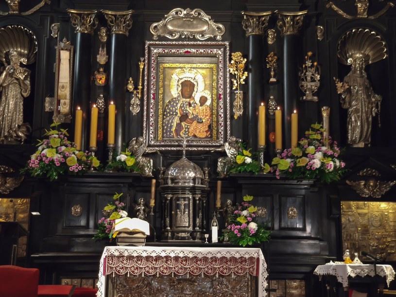 Malowidło Matki Boskiej Częstochowskiej  przysłonięte jest tzw. sukienką, czyli zdobieniami /123RF/PICSEL