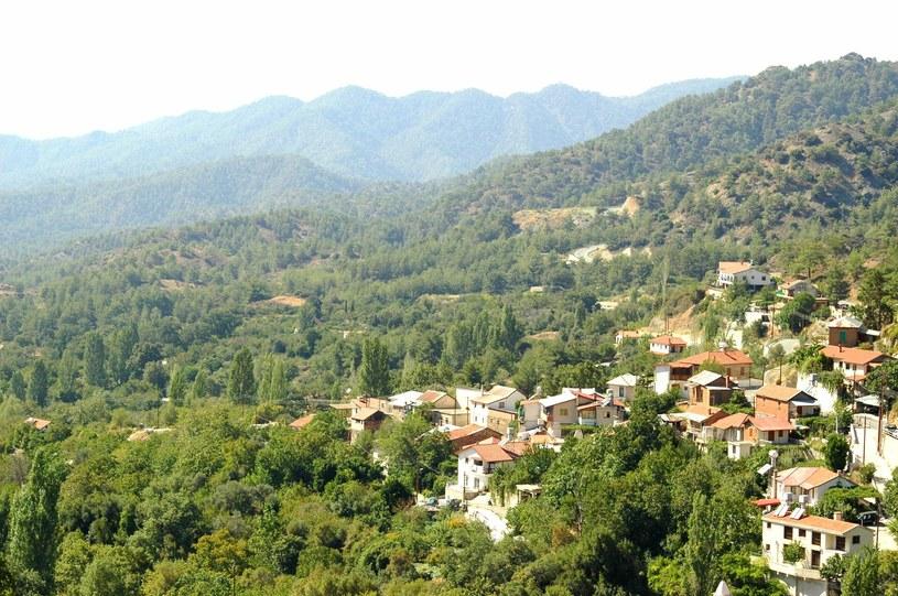 Malowniczo położona wioska w górach Troodos /123RF/PICSEL