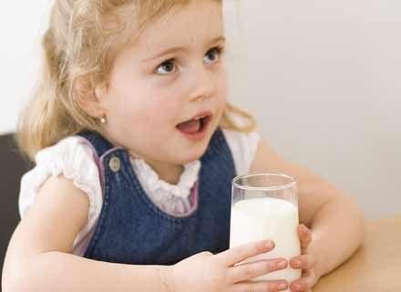 Maluchowi lepiej podawać modyfikowane mleko niż UHT
