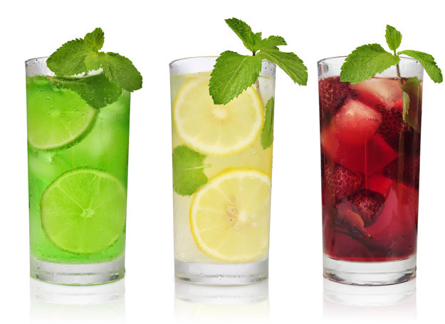 Maluchowi rówież możesz podawać napoje chłodzące. /123RF/PICSEL