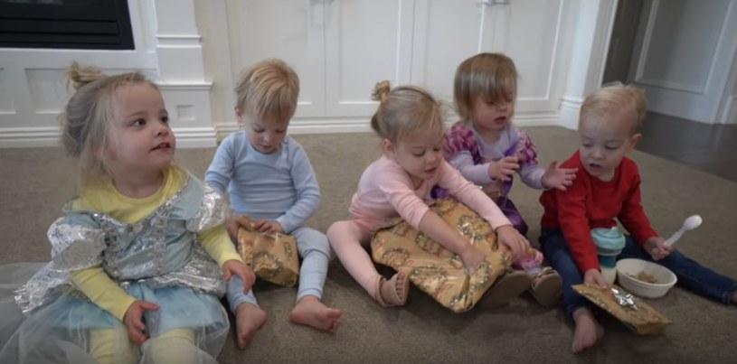 Maluchy rozpakowują świąteczne prezenty /YouTube