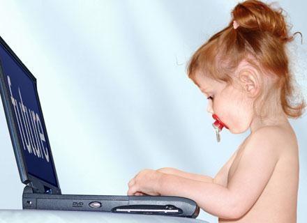 Maluchy szybko odkrywają, że komputer jest superzabawą /© Panthermedia