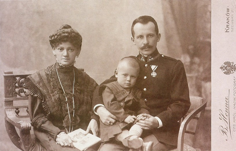 Malutki Karol Wojtyła z rodzicami /Laski Diffusion /East News
