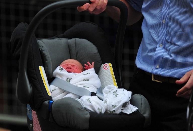 """Malutki następca tronu Wielkiej Brytanii ma """"pojemne płuca"""" - jak mówi jego ojciec /AFP"""