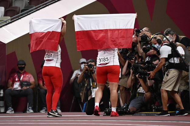 Malwina Kopron i Anita Włodarczyk z biało-czerwonymi flagami /CHRISTIAN BRUNA /PAP/EPA