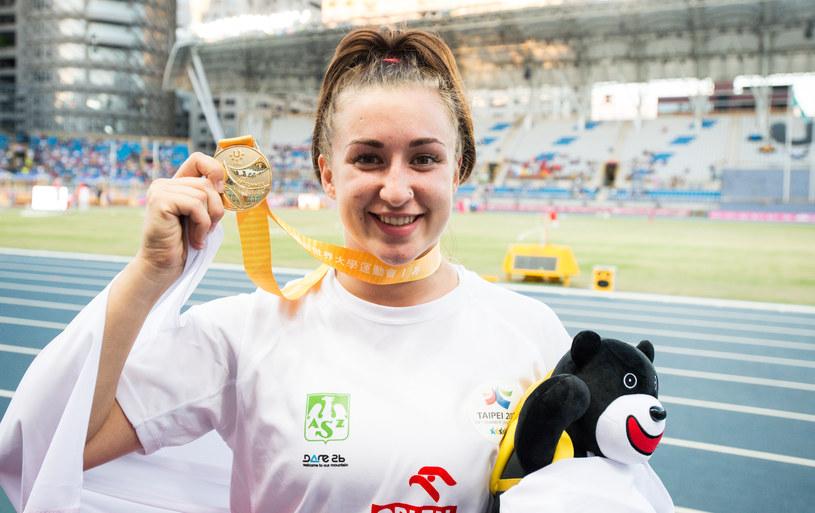 Malwina Kopron pozuje ze złotym medalem /Informacja prasowa