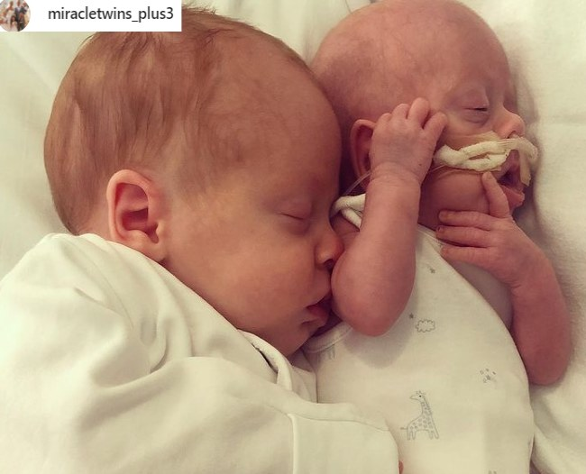 Mały Chester z pomocą brata bliźniaka powoli wraca do pełni sił /Instagram