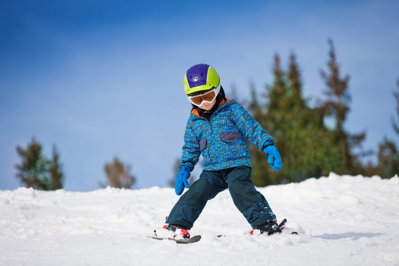 Mały chłopiec na nartach /Sergey Novikov /123RF/PICSEL