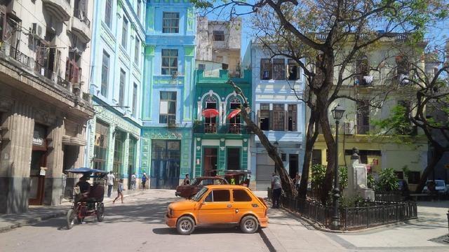 Mały fiat to częsty widok na ulicach Hawany /Styl.pl