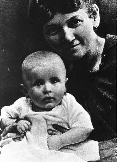 Mały Karol Wojtyła z matką Emilią, reprodukcja /Reporter