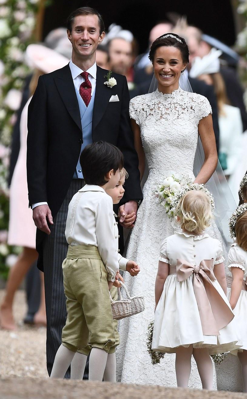 Mały książę George i jego młodsza siostrzyczka Charlotte podczas ceremonii ślubnej Pippy Middleton i Jamesa Matthews. /AFP