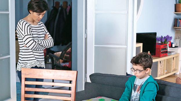 Mały Maciek wyznaje Kindze, że jego tata ma poważne kłopoty /Świat Seriali