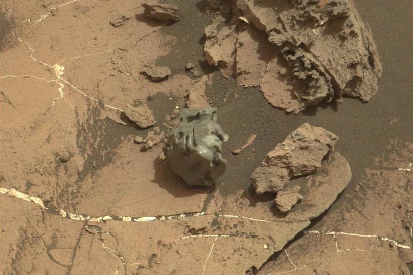 Mały meteoryt z października - jasne ślady pochodzą od lasera Curiosity /NASA