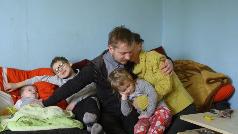 Małżeństwo ma ogromne długi i choć oboje pracują nie są w stanie ich spłacać /Polsat