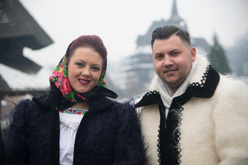 Małżeństwo ubrane w zimowe tradycyjne stroje rumuńskie /123RF/PICSEL