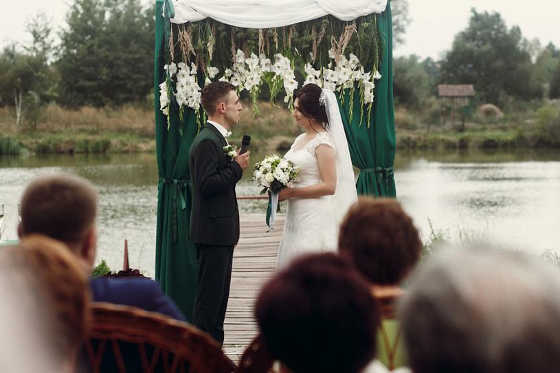 """Małżonkowie mogą podjąć decyzję o """"zmieszaniu"""" wzajemnie swoich nazwisk /123RF/PICSEL"""