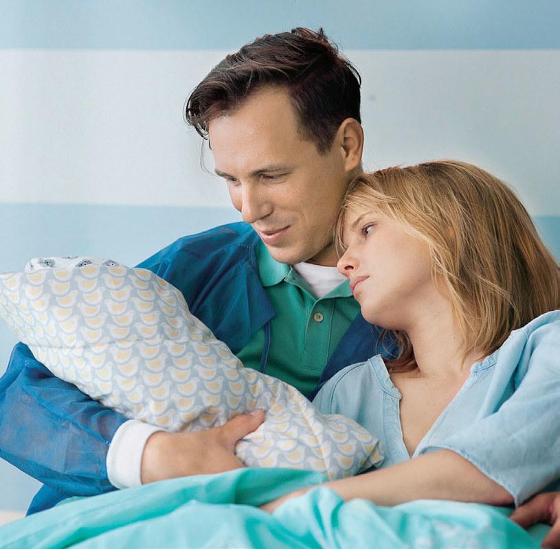 Małżonkowie ucieszą się z narodzin synka. W końcu do pełni szczęścia brakowało im tylko dziecka /Świat Seriali