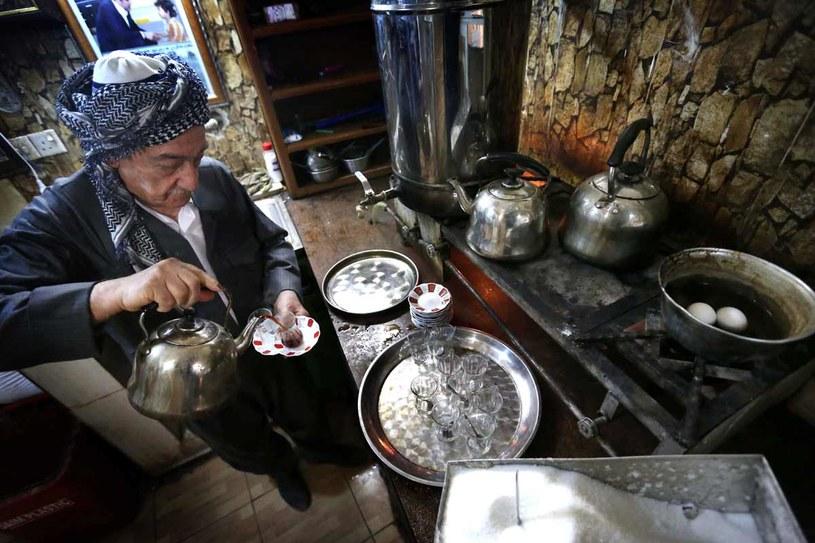 Mam Khalil przygotowuje herbatę, fot. Safin Hamed /AFP