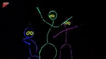 Mama i córki tańczą w ciemnościach. Efekt powala!