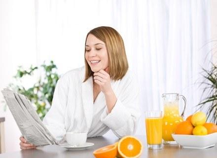 Mama karmiąca powinna odżywiać się według tzw. piramidy żywieniowej /© Panthermedia
