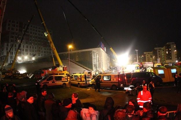 """""""Mamy nadzieję, że pod gruzami są jeszcze żywi, ale 24 godziny po katastrofie szanse nie są zbyt duże"""" - powiedział burmistrz Rygi Nils Uszakovs. /AFP"""