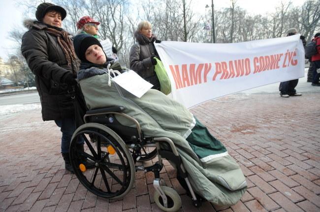 """""""Mamy prawo godnie żyć"""" - między innymi taki transparent pojawił się podczas manifestacji /Bartłomiej Zborowski /PAP"""