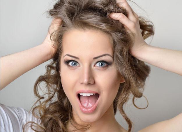 Mamy sposoby na niesforne włosy /123RF/PICSEL