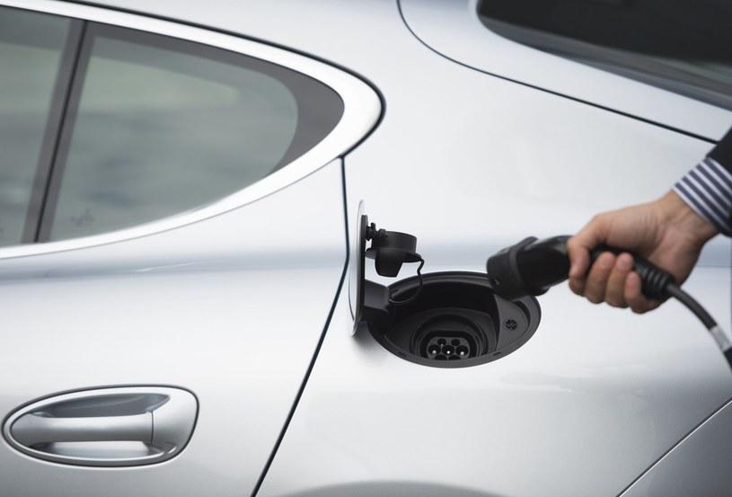 Mamy zaledwie zaledwie 22 tysiące samochodów osobowych z napędem elektrycznym /123RF/PICSEL