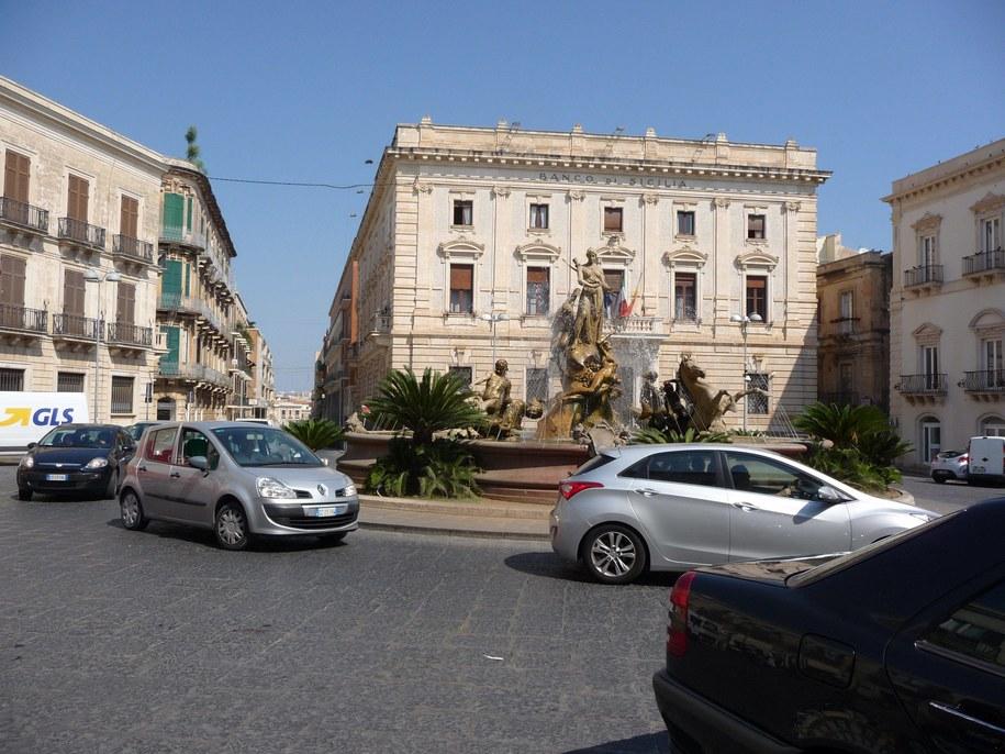 Mandat w wysokości od 218 do 435 euro grozi we Włoszech kierowcom za pozostawienie pracującego silnika podczas postoju /Beate Schleep /PAP/EPA