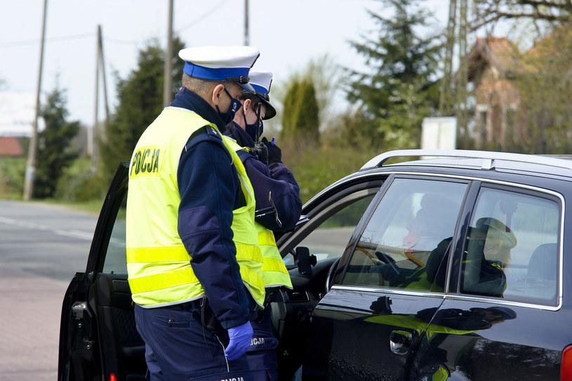 Mandat za brak maseczki, stracisz też prawo jazdy. Policja sprawdzi nie tylko kierowców /Stanisław Bielski /Reporter