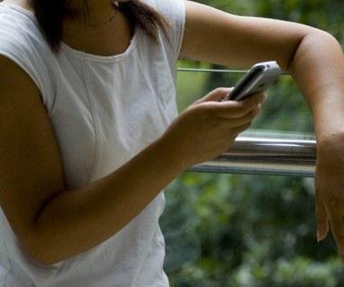 Mandat za SMS-owanie podczas spacerów