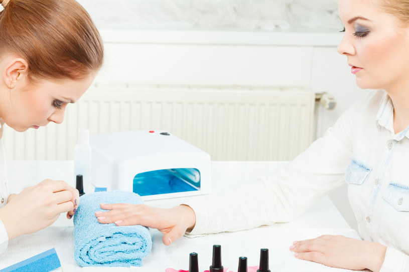 Manicure hybrydowy jest bezpieczny dla paznokci, jednak czasem może powodować osłabienie płytki /123RF/PICSEL