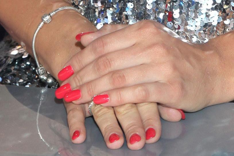 Manicure hybrydowy nakłada się cienką warstwą jak lakier, a następnie utwardza w świetle UV /AKPA
