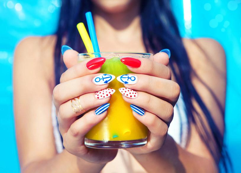 Manicure polega nie tylko na zdobieniu płytki, ale też wyrównywaniu skórek /123RF/PICSEL