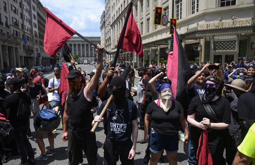 Manifestacja członków Antify w Waszyngtonie /ANDREW CABALLERO-REYNOLDS/AFP /AFP