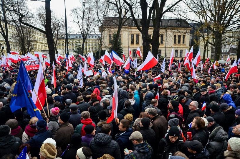 Manifestacja KOD przed Trybunałem Konstytucyjnym w grudniu 2015 r. /Mariusz Gaczyński /East News